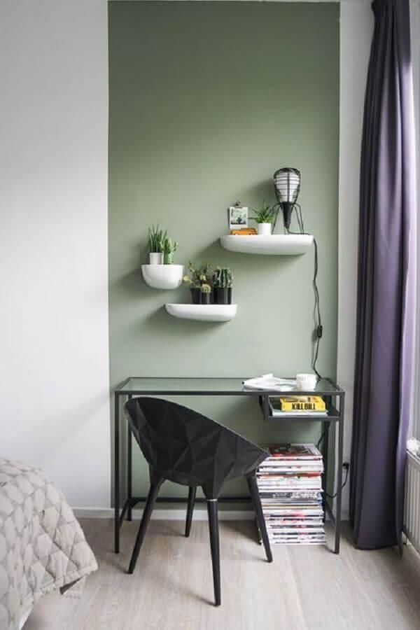 decoração de home office pequeno e simples com meia parede na vertical Foto Behance