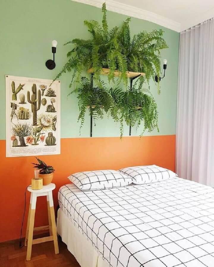 decoração de quarto simples com pintura meia parede verde e laranja Foto Pinterest