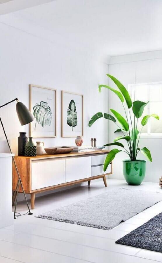 decoração de sala branca com vaso de chão e armário buffet  Foto Fashion Bubbles