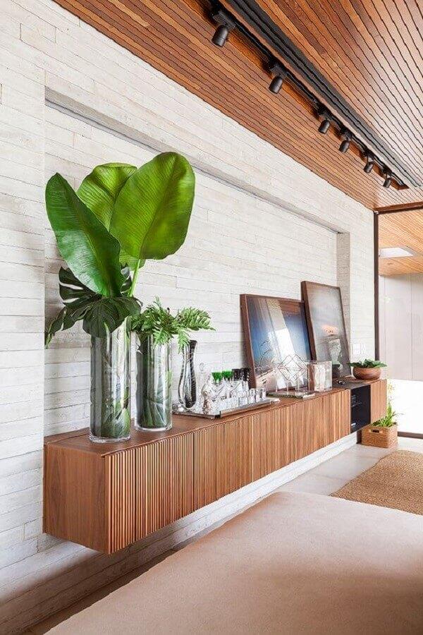 decoração de sala com armário buffet suspenso de madeira  Foto AG Movelaria