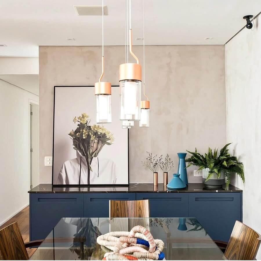 decoração de sala de jantar moderna com parede de cimento queimado e armário buffet azul Foto Jeito de Casa