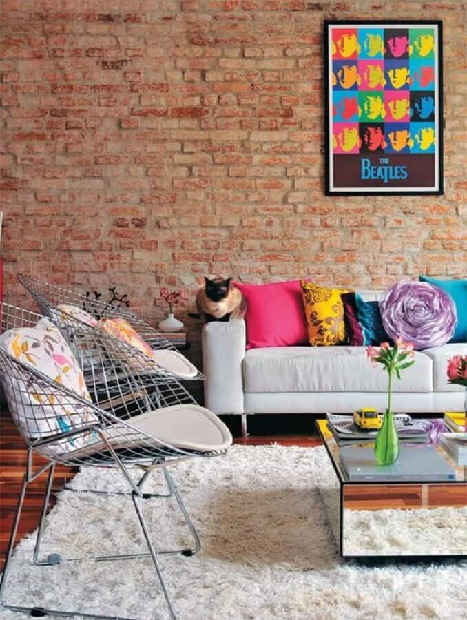 decoração de sala de visita com parede tijolinho e almofadas coloridas Foto Jeito de Casa
