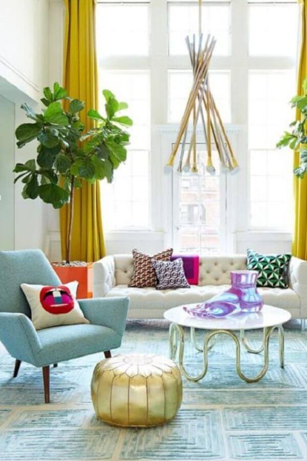 decoração de sala de visita com poltrona azul claro e sofá branco capitonê Foto Pinterest