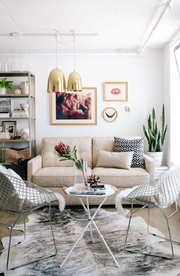 decoração de sala de visita simples com sofá pequeno Foto Apezinho