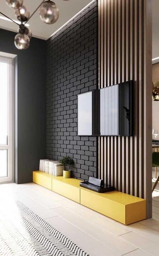 decoração de sala moderna com revestimento tijolinho preto e painel ripado para TV Foto Pinterest