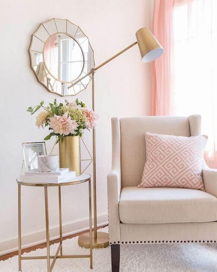 decoração delicada para sala branca e rosa com luminária decorativa de chão dourada Foto Homebook