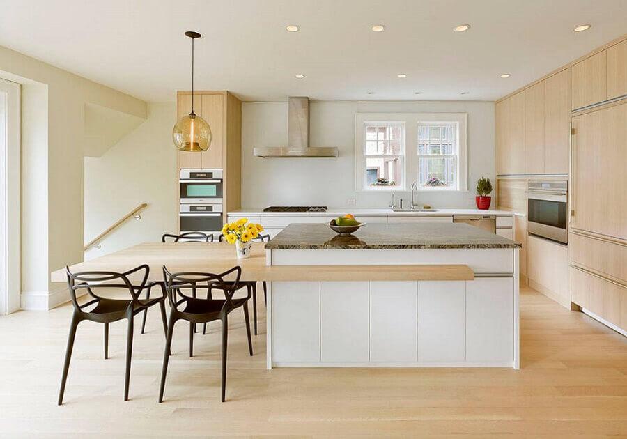 decoração em cores claras com armários de madeira e ilha de cozinha com mesa Foto Houzz