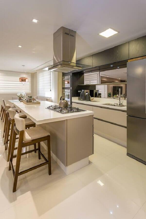 decoração em cores claras com banquetas ilha de cozinha planejada com cooktop  Foto Homify