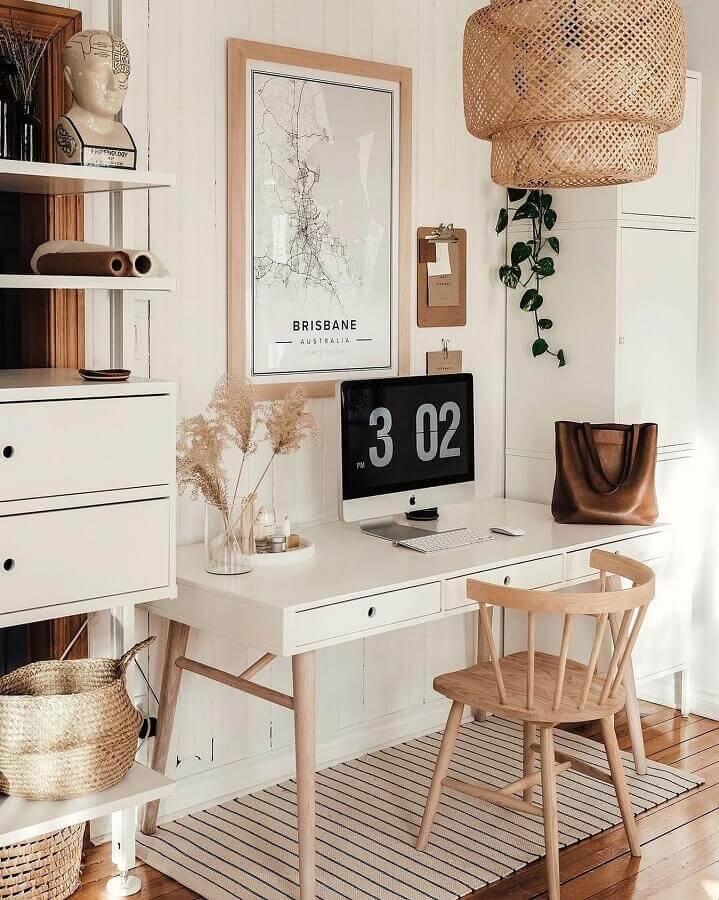 decoração em cores claras com cadeira de madeira e escrivaninha para estudo com pés palito  Foto Homedit