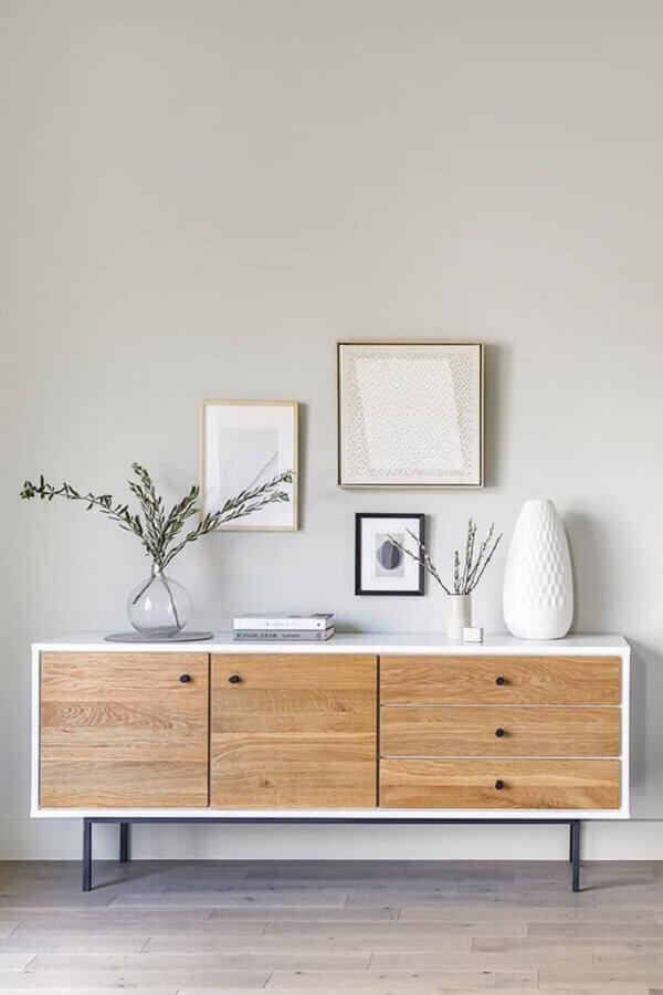 decoração minimalista com armário buffet branco com portas de madeira Foto Article