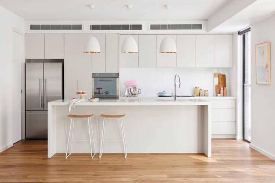 decoração minimalistas com banquetas para ilha de cozinha branca Foto Homes Beautifu