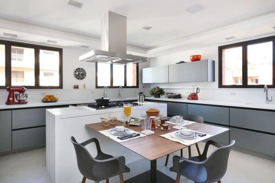 decoração moderna com armários cinza e ilha de cozinha com mesa de madeira quadrada Foto Start Arquitetura