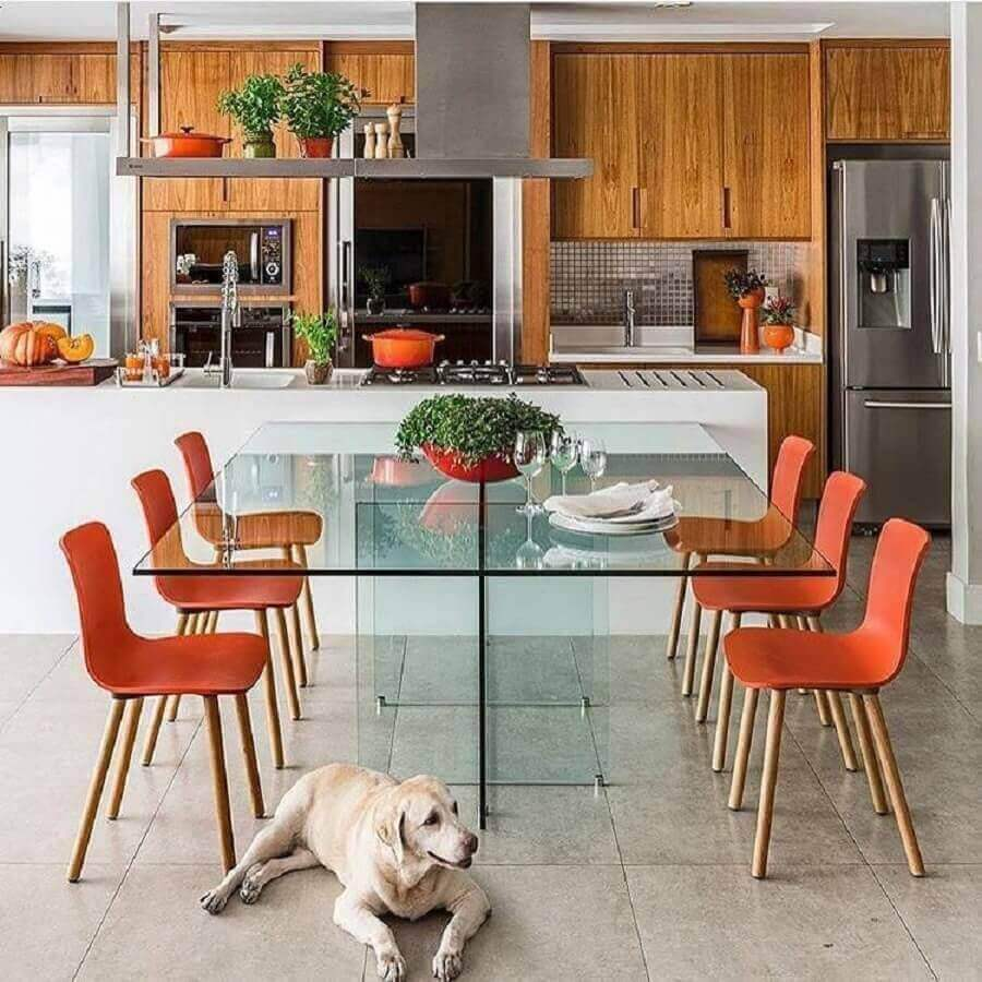 decoração moderna com armários de madeira e ilha de cozinha com mesa de vidro Foto Mandril Arquitetura