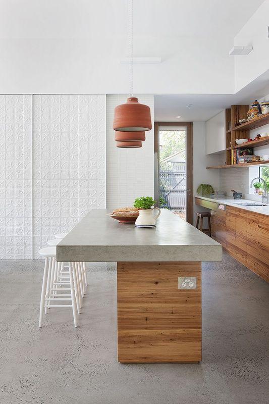 decoração moderna com bancada de cimento queimado para ilha de madeira para cozinha Foto Architecture AU
