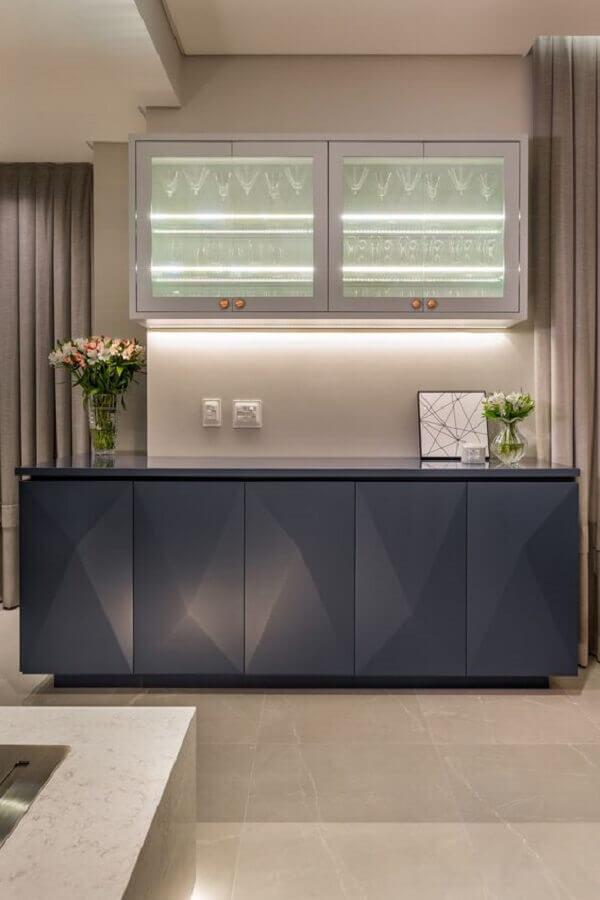 decoração moderna com cristaleira de parede e armário buffet para sala de jantar Foto Moderne Arquitetura