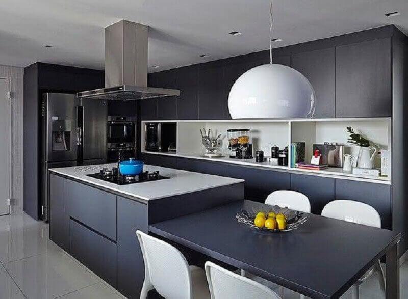 decoração moderna com ilha de cozinha com mesa e armários cinza Foto Home Fashion Trend
