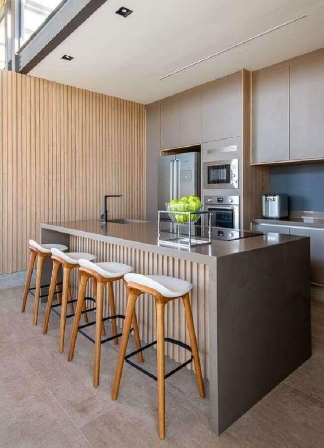 decoração moderna com ilha de cozinha de concreto com detalhe em ripas de madeira  Foto Casa de Valentina