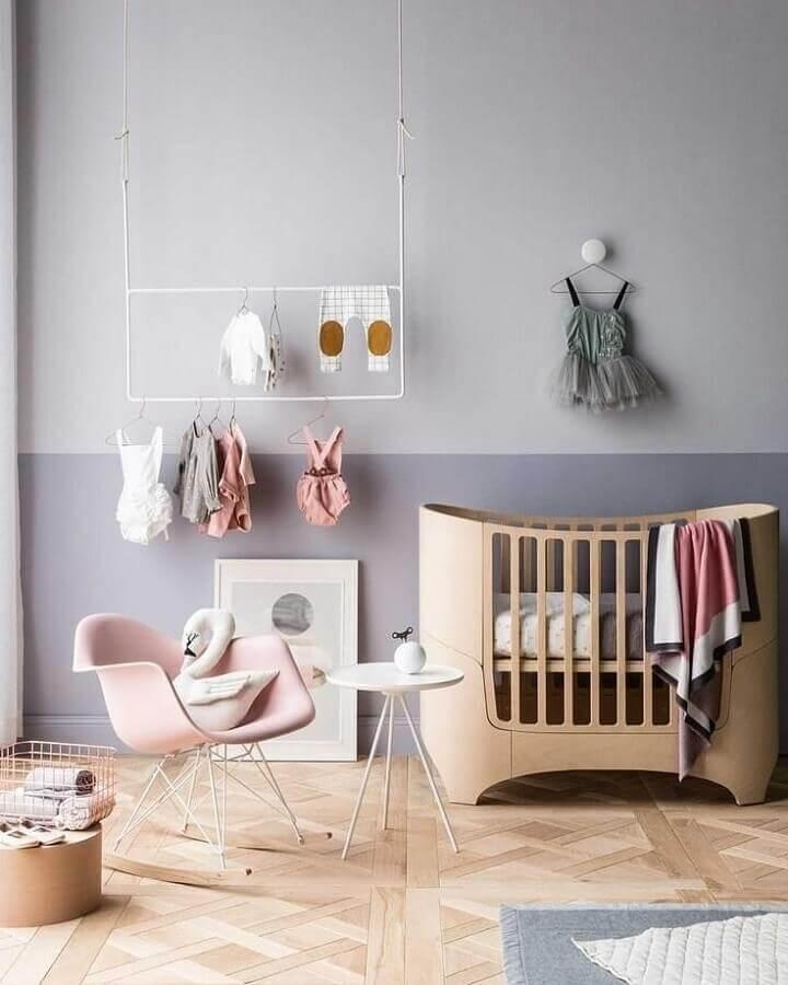 decoração moderna com meia parede pintada quarto de bebê Foto Behance