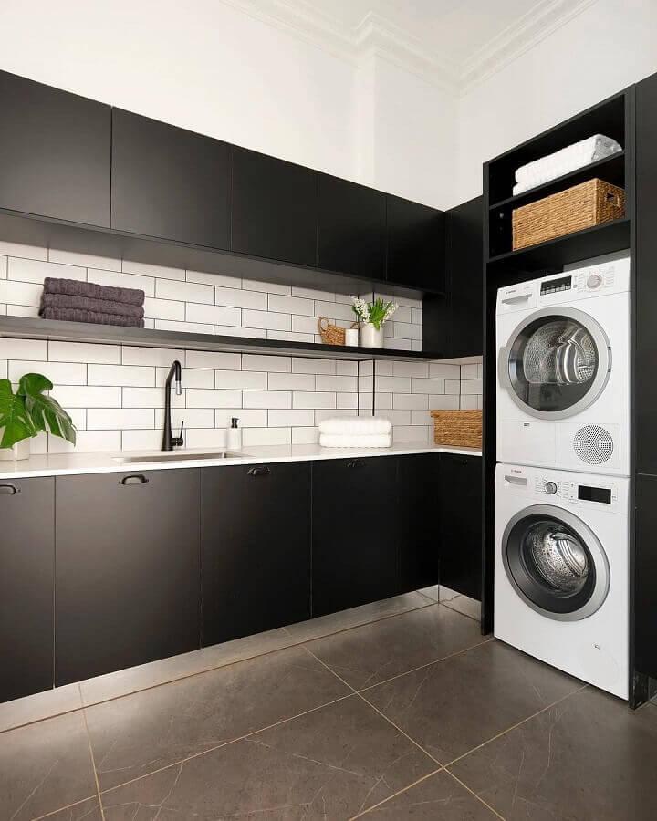 decoração preto e branco com móveis planejados para lavanderia Foto Archilovers