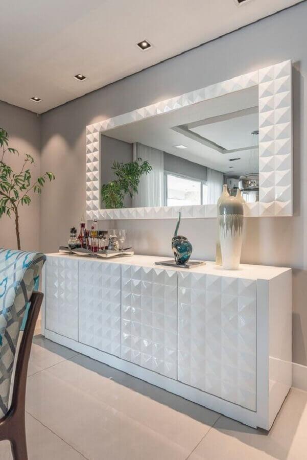 decoração sala de jantar com armário buffet branco com detalhe 3D na porta Foto Pinterest
