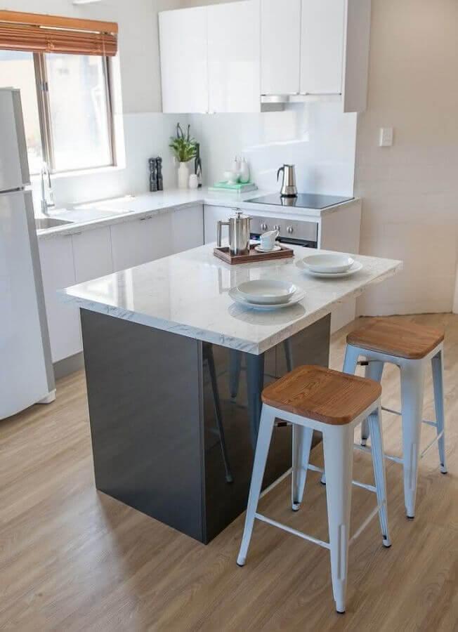 decoração simples com banquetas para ilha de cozinha pequena Foto Pinterest