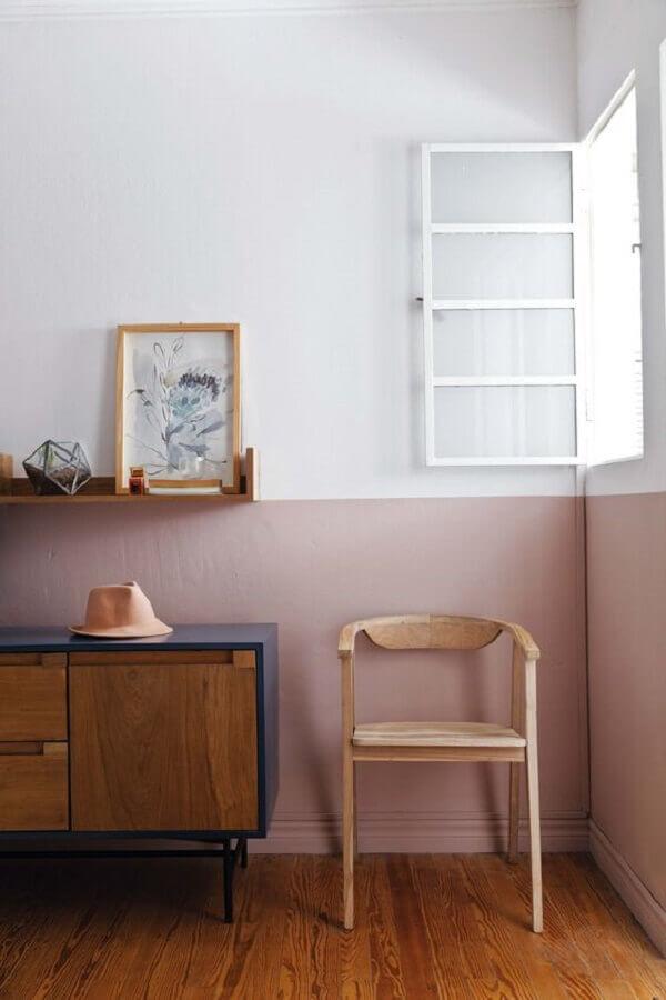 decoração simples com buffet de madeira e meia parede rosa claro Foto Casa de Valentina