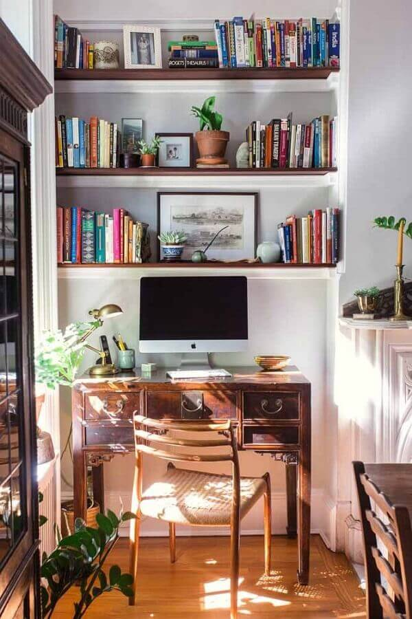 decoração simples com escrivaninha para estudo de madeira antiga Foto Jeito de Casa