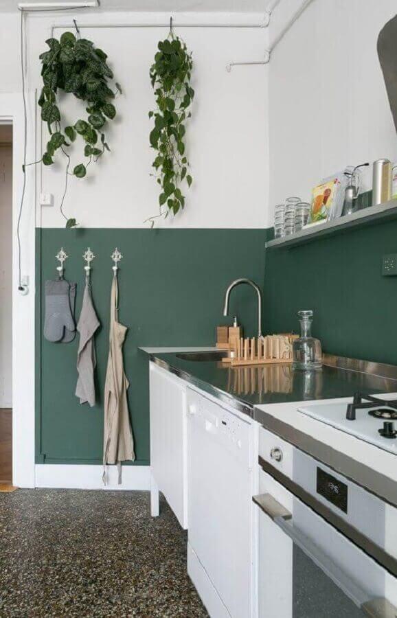decoração simples de cozinha com meia parede verde e branca Foto Iaza