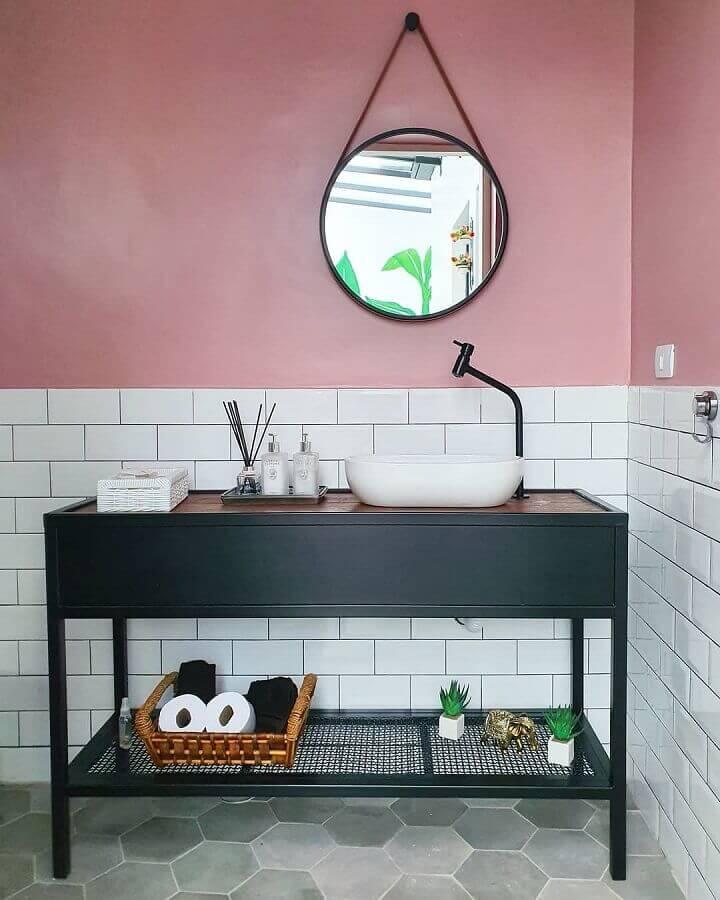 decoração simples para banheiro com piso hexagonal e revestimento meia parede Foto Pinterest