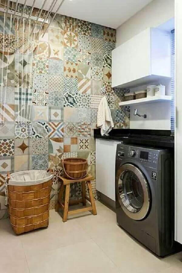 Lavanderia decorada com banco de madeira rústico