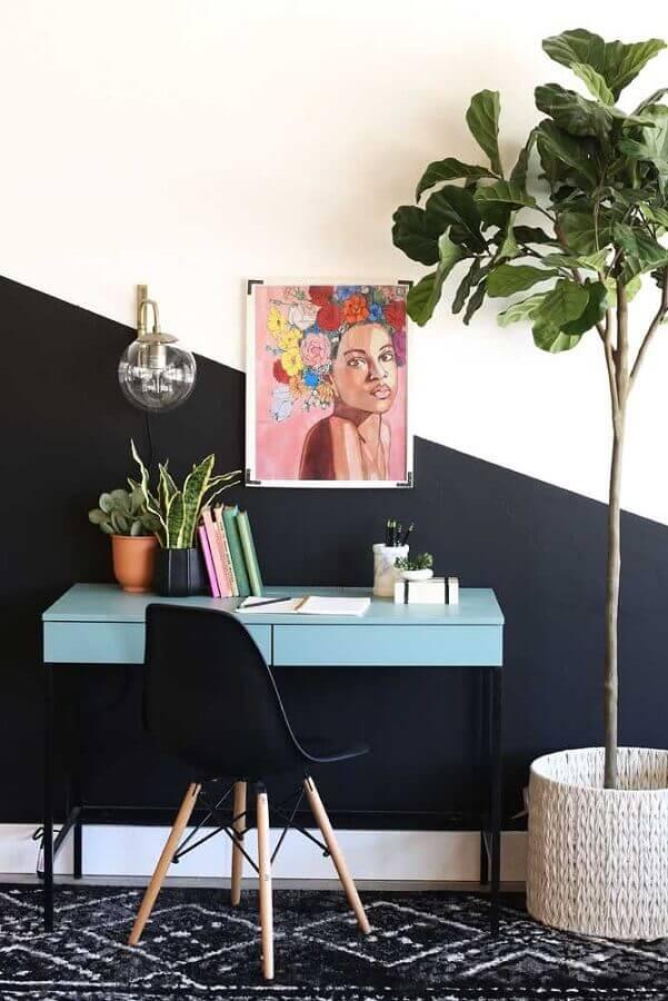 escrivaninha azul pequena para decoração de home office com meia parede preta Foto Home Fashion Trend
