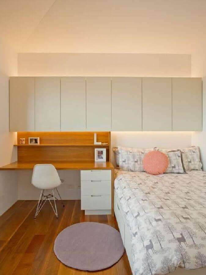 escrivaninha de estudo para quarto simples decorado com armário aéreo  Foto Houzz