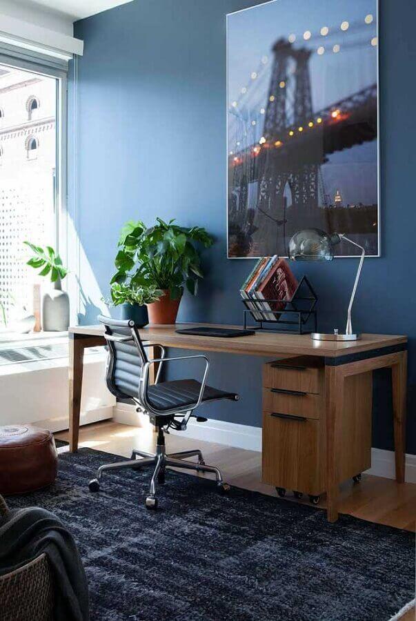 escrivaninha para estudo de madeira com gaveteiro decorada com cadeira confortável  Foto Architecture Art Designs