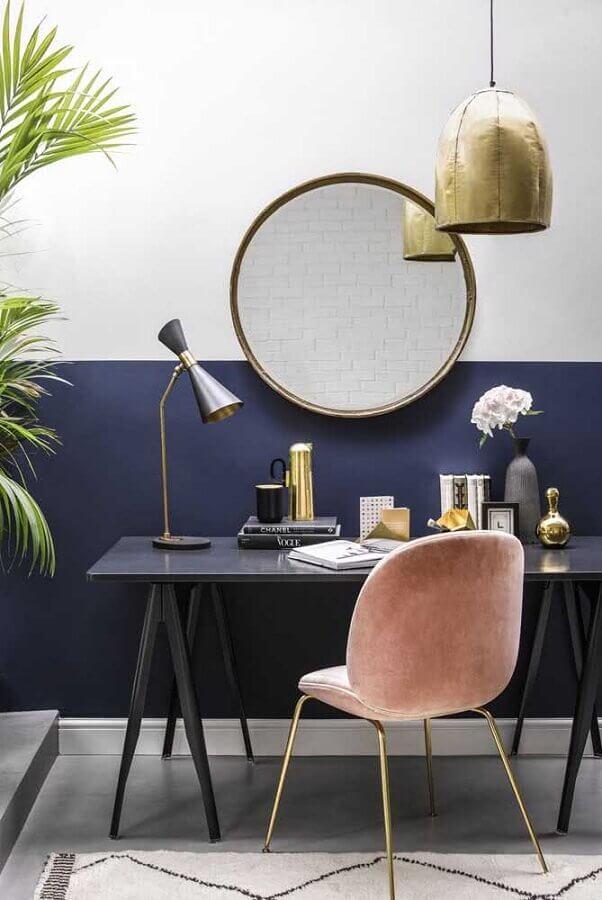 home office decorado com escrivaninha preta e meia parede azul marinho Foto Home Fashion Trend