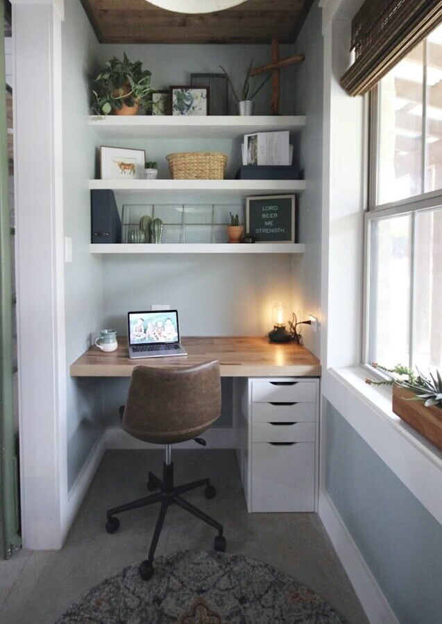 home office pequeno decorado com escrivaninha para estudo com gavetas Foto Jeito de Casa