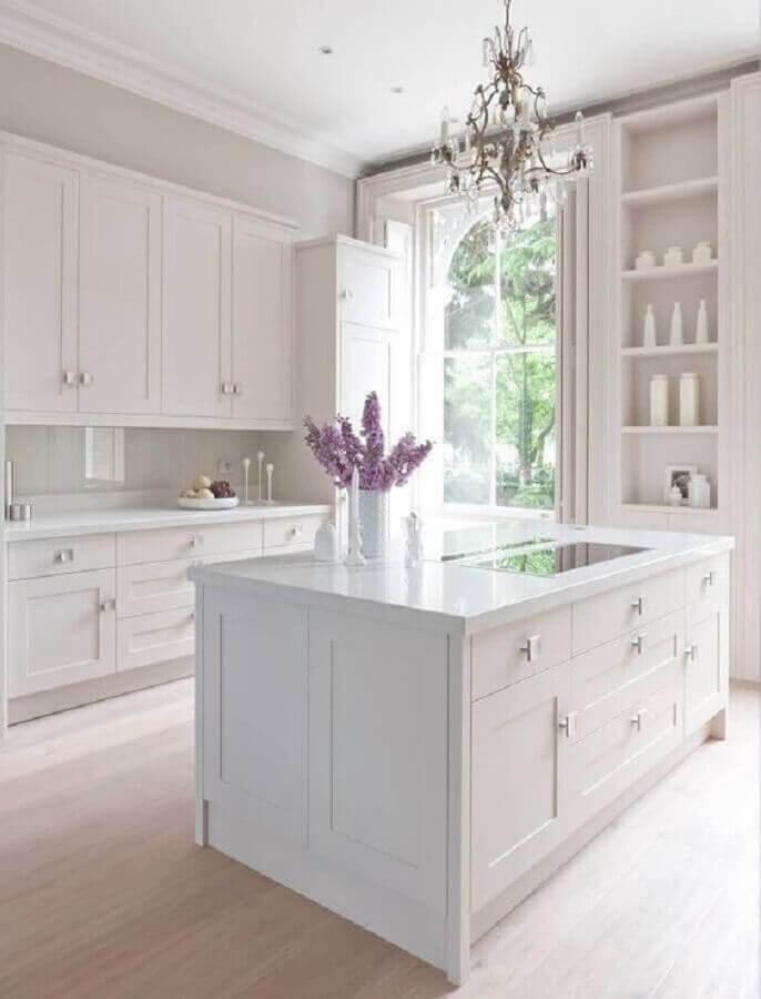 ilha de cozinha branca decorada com estilo clássico  Foto Pinterest