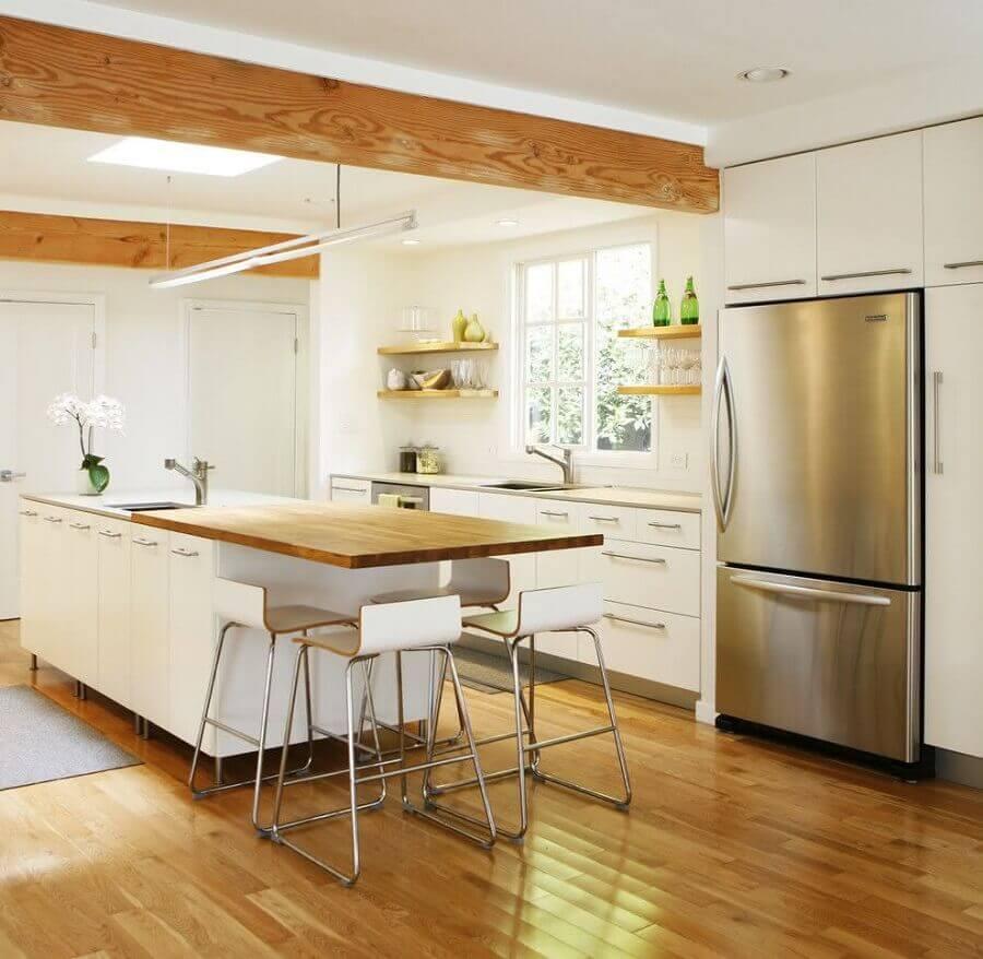 ilha de cozinha planejada toda branca planejada com bancada de madeira  Foto Pinterest