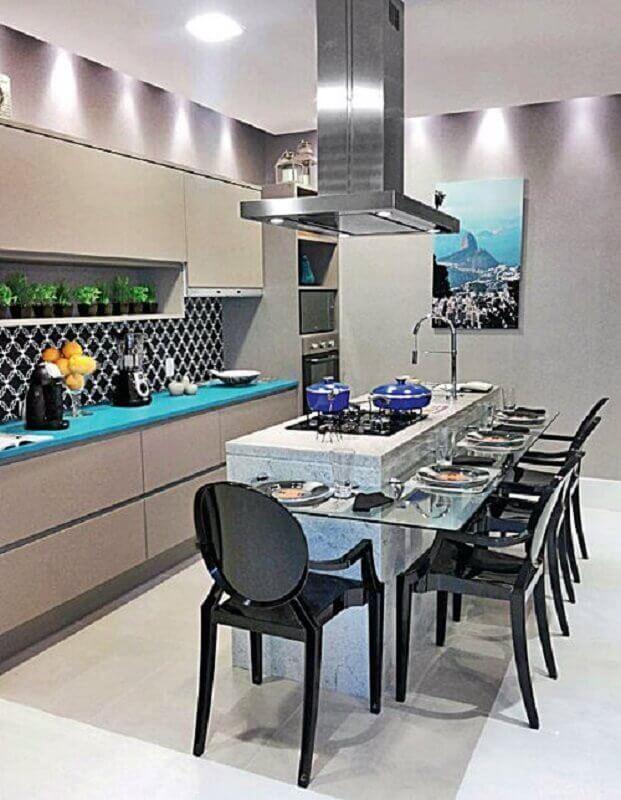 ilha de mármore para cozinha moderna decorada com armários cinza e bancada de vidro Foto Simples Decoração