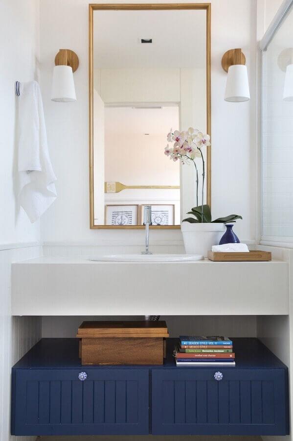 luminária decorativa de parede para decoração de banheiro azul e branco Foto Babi Teixeira