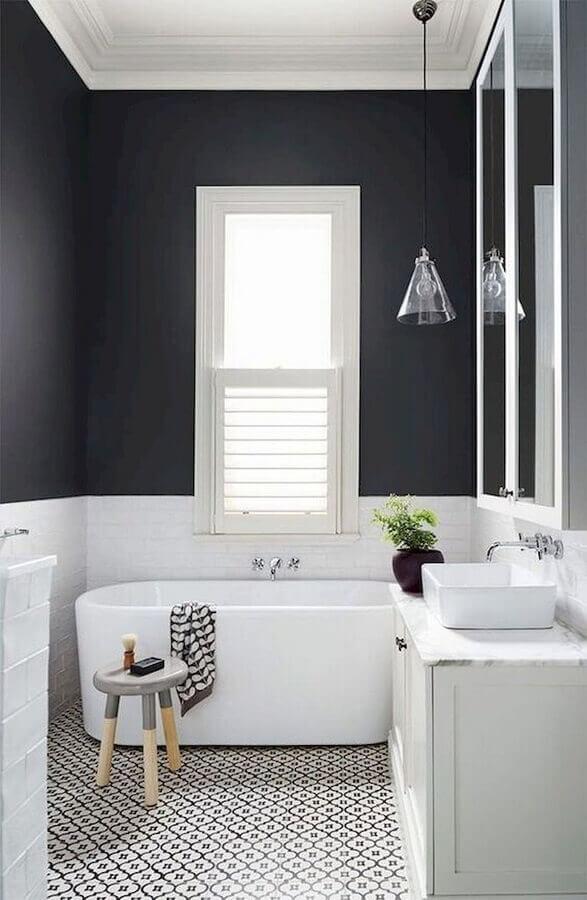 luminária decorativa de teto para banheiro preto e branco com banheira pequena Foto Archilovers