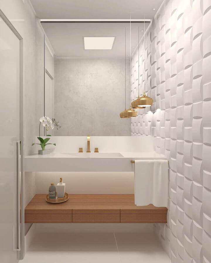 luminária decorativa dourada para banheiro branco decorado com revestimento 3D Foto Dicas de Mulher