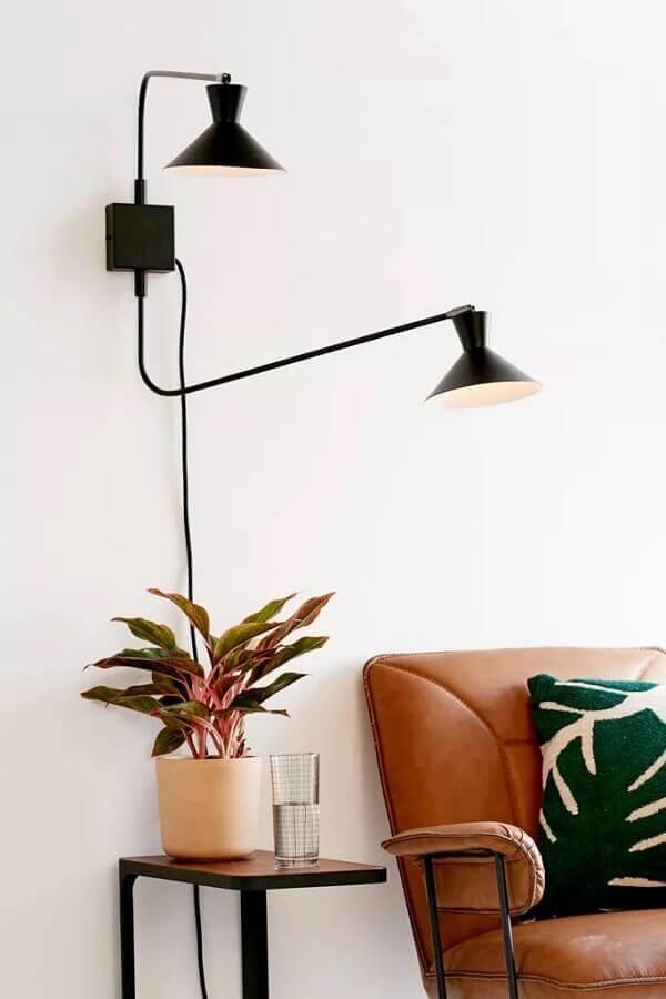 luminária decorativa para sala branca decorada com sofá de couro Foto Urban Outfitters