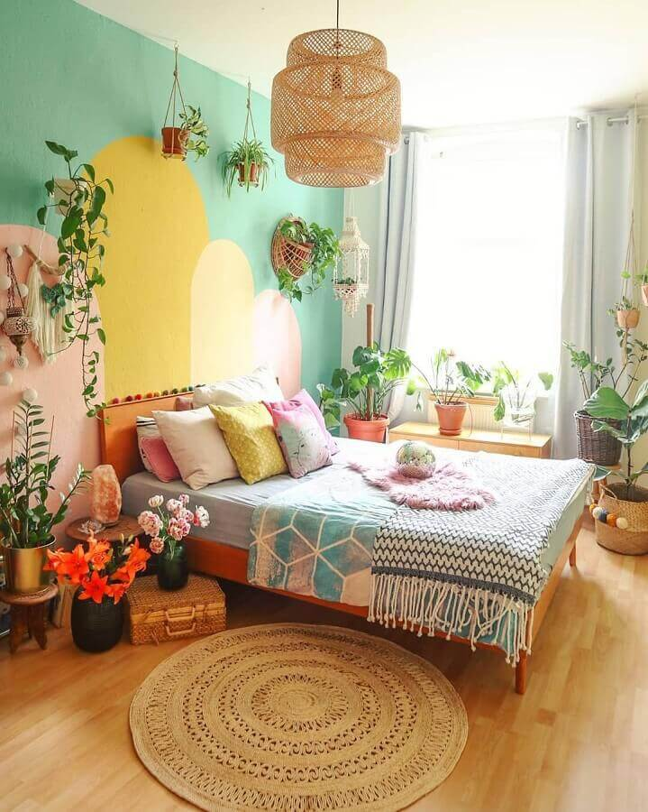 luminária decorativa rústica para quarto decorado com parede colorida e vasos de plantas Foto Jeito de Casa