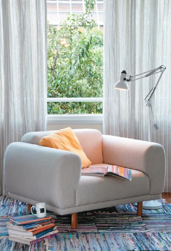 luminárias de chão decorativas para cantinho de leitura decorado com poltrona confortável Foto Jeito de Casa