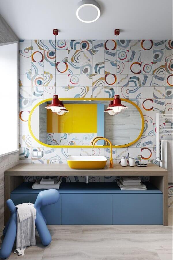 luminárias decorativas para banheiro decorado com revestimento colorido Foto Behance