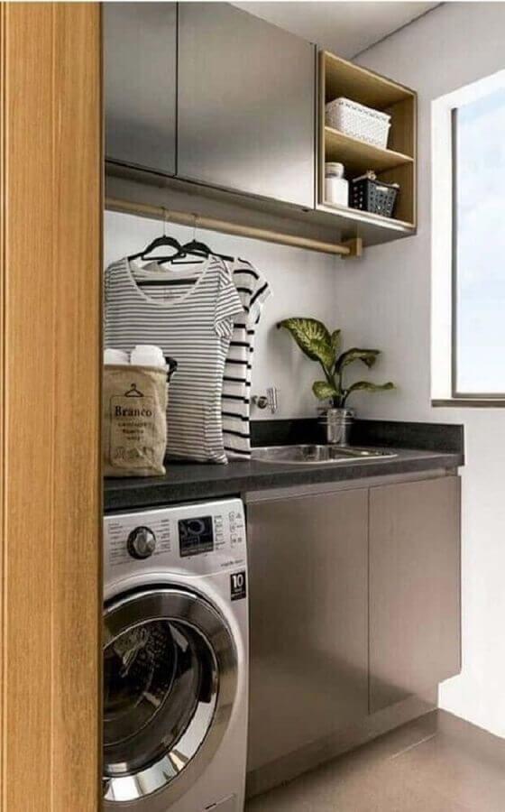 móveis para lavanderia pequena cinza decorada com nichos de madeira Foto Zozu