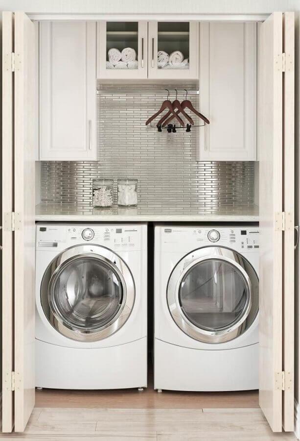 móveis para lavanderia pequena decorada com revestimento metalizado Foto Pinterest