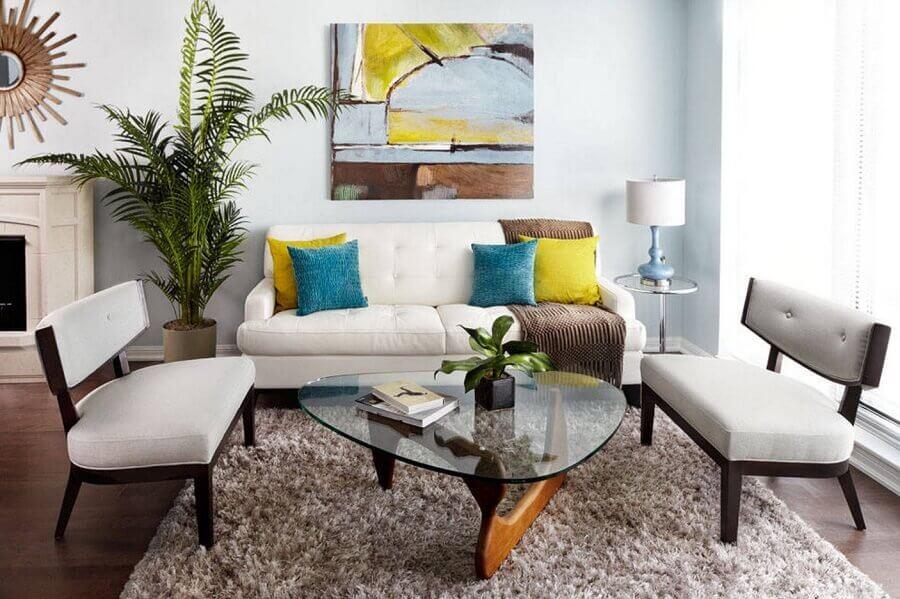 móveis para sala de visita decorada com almofadas coloridas e tapete felpudo Foto Lux Design