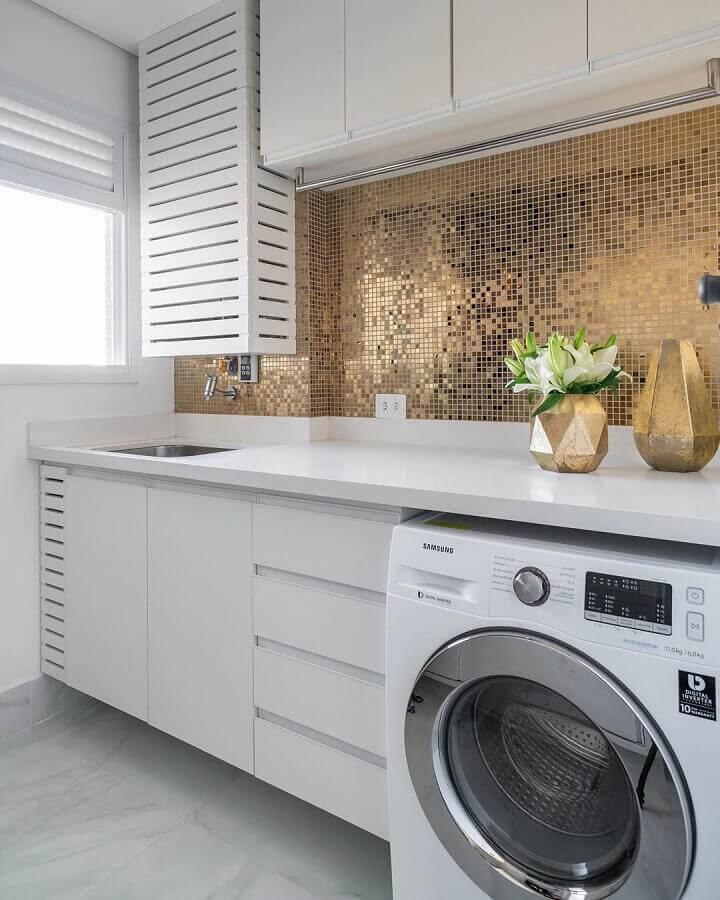 móveis planejados para lavanderia branca decorada com pastilhas douradas Foto Jeito de Casa