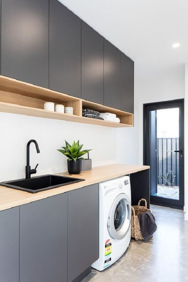 móveis planejados para lavanderia cinza decorada com nichos de madeira Foto Madeirol Móveis Planejados
